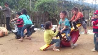 Làm đồ chơi bằng lốp xe cũ và gỗ cho trẻ em vùng cao
