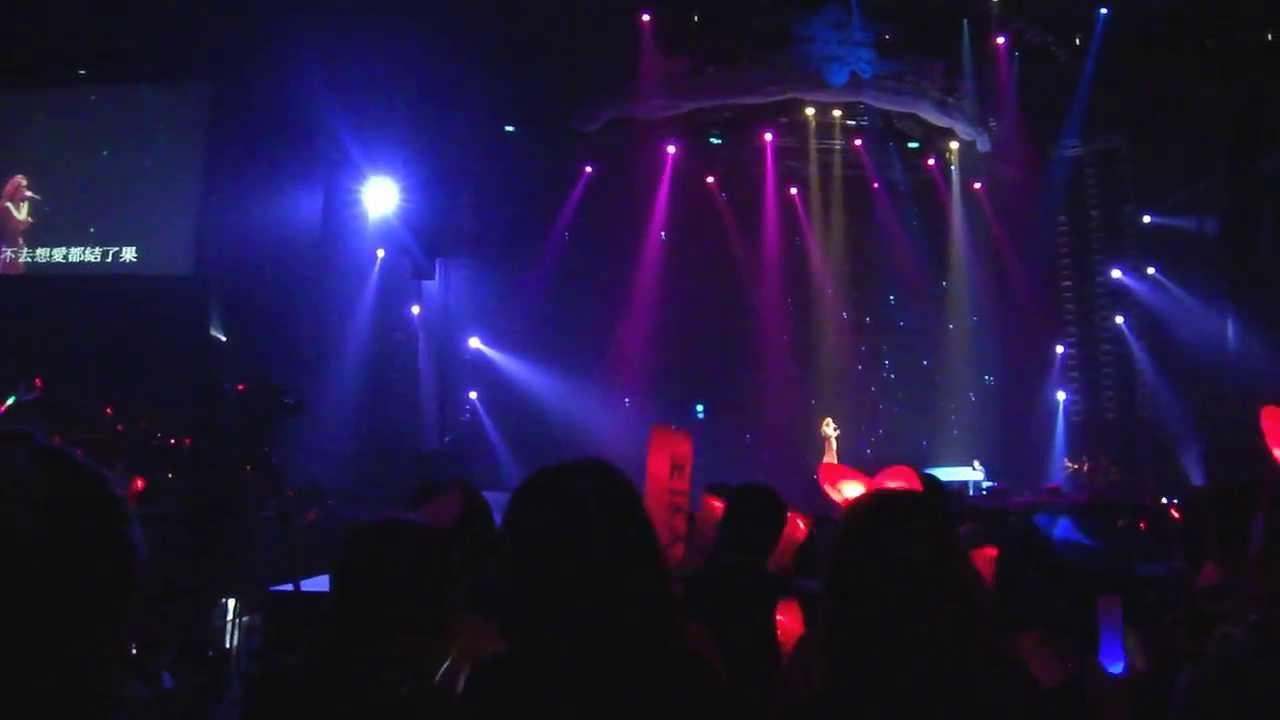 2013 謝金燕高雄巨蛋演唱會 我可以抱你嗎 - YouTube