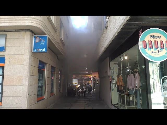 Los bomberos sofocan un incendio en un bar de A Baldosa, en Vilagarcía