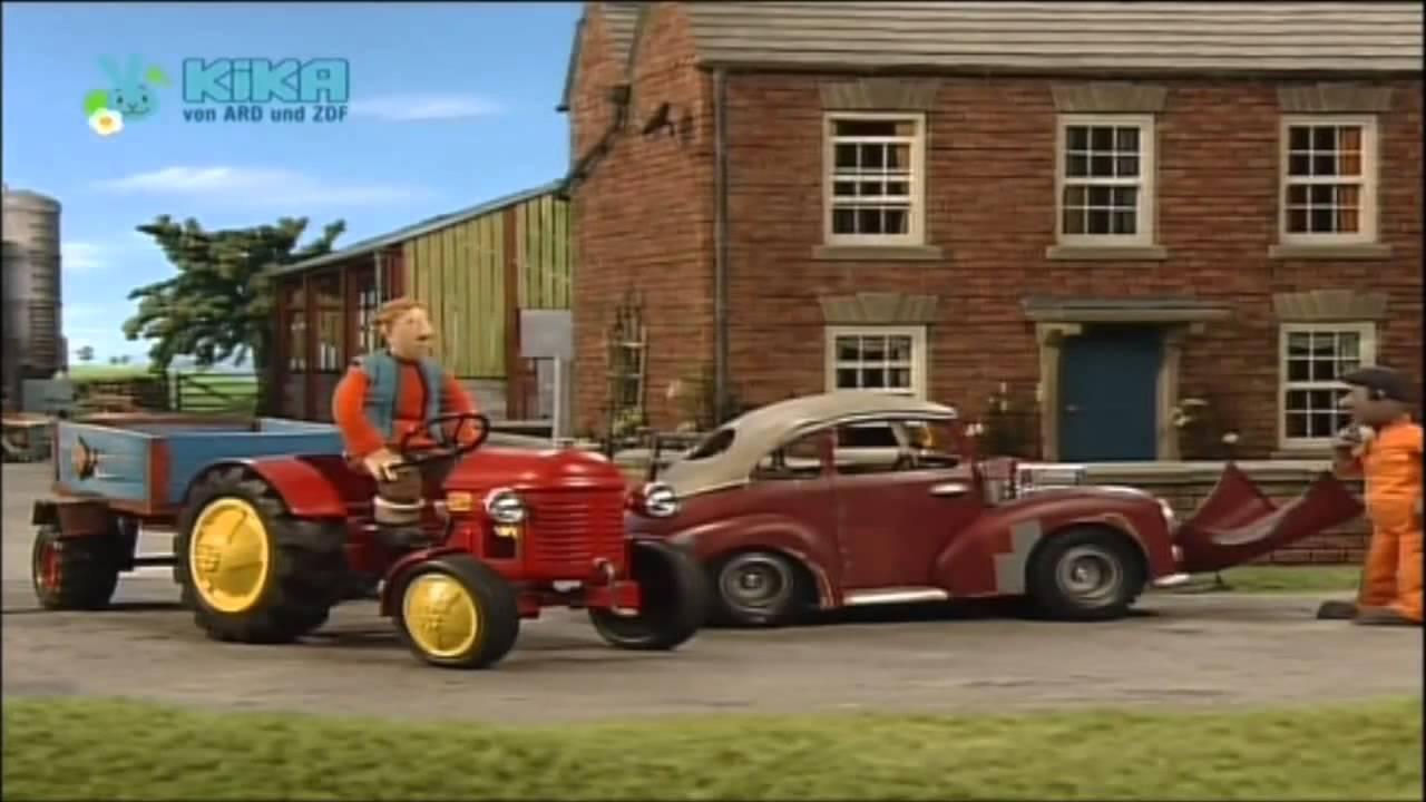 kleiner roter traktor der flohmarktein stürmischer tag