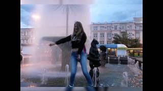 Мокрая девочка  танцует