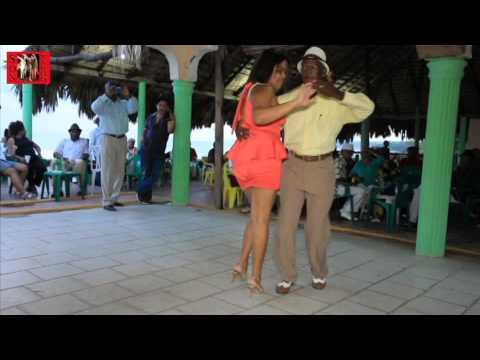 """""""El Vacilón de Pantaleón""""; bailan Juan R. Primiterio y Zenia Amarante; PLAYITA DE NIGUA, R.D."""