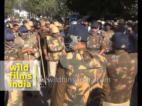 Lawyers and police violently clash in Allahabad