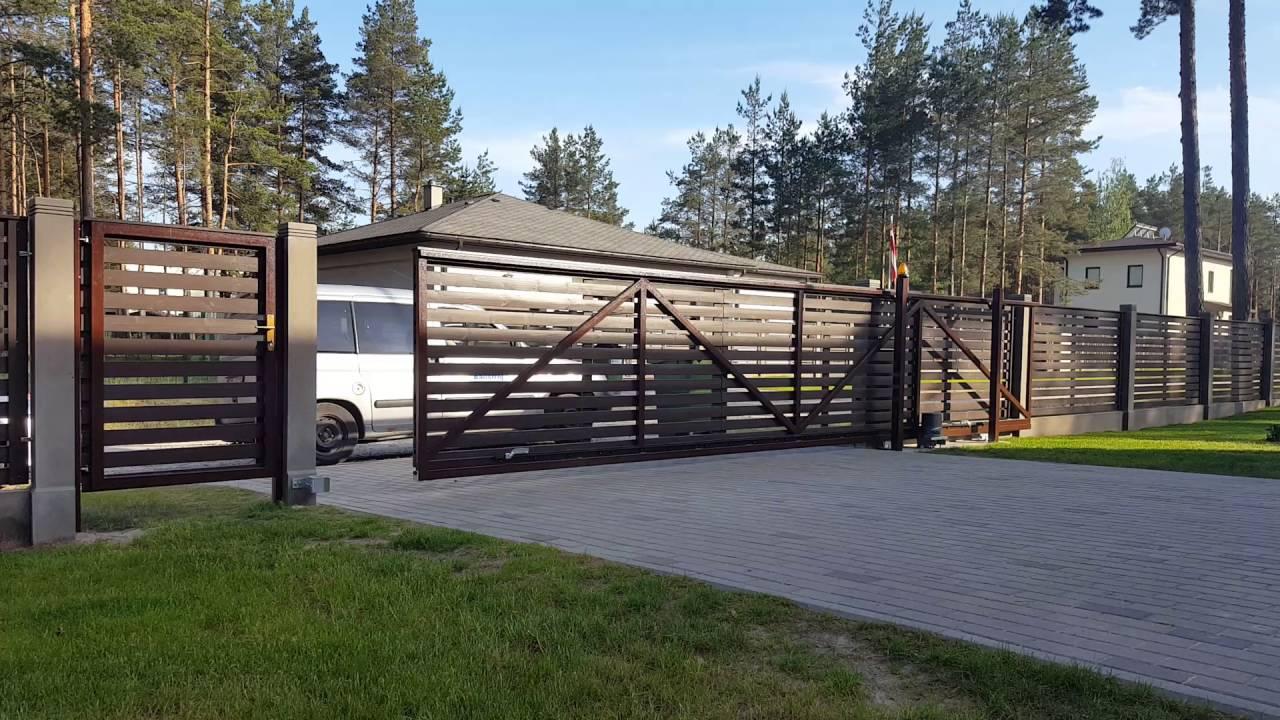 бесплатно широкоформатные откатные ворота на участке с уклоном фото крайнем