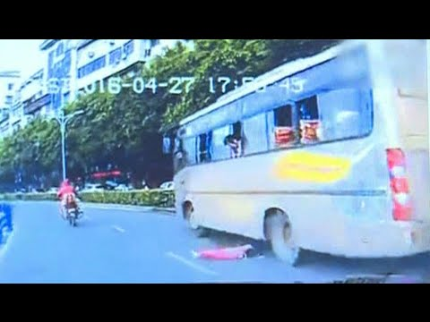 Toddler Falls out of Moving Bus Window in Southwest China City
