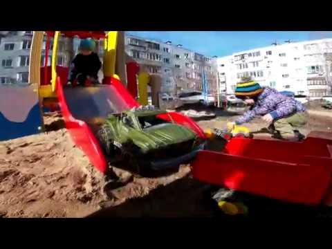 ИГРАЕМ В ПЕСОЧНИЦЕ,трактор,самосвал,монстртрак,игры для детей