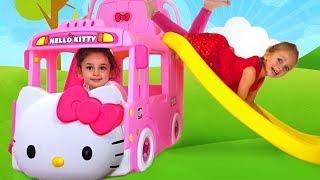 Майя играет с новым игрушечным автобусом
