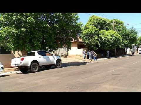Caminhonete 'joga' carro estacionado contra árvore na Capital