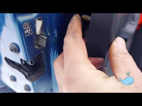 Как открыть дверь машины, если она захлопнулась и заклинил замок