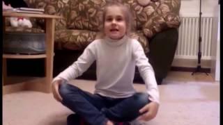 ребенок учит стихотворение перед зеркалом  скрытая камера