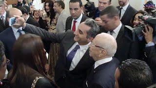 باسم يوسف يلتقط سيلفي مع السبسي داخل قصر قرطاج
