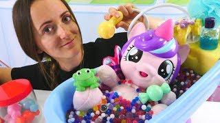Поняня Алена купает и кормит пони. Видео для детей