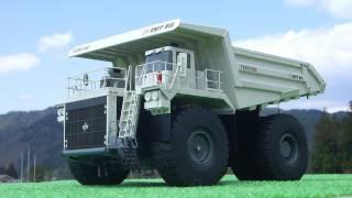 建設機械の模型のダンプカーTEREX UNIT RIG MT5500(1/50scale)を屋外で...