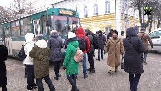 Мешканці будинків по вулиці Шевченка у Житомирі перекрили проїжджу частину біля міської ради