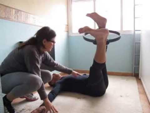 Pilates suelo aro mágico side to side - YouTube