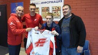 """Болельщики """"Авангарда"""" приехали в Балашиху и получили подарок от команды"""