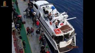 Yacht di lusso per ricchi migranti in avaria, fermati 3 scafisti