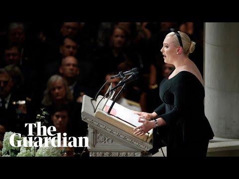 Con gái của John McCain ám chỉ Trump trong bài phát biểu tưởng niệm