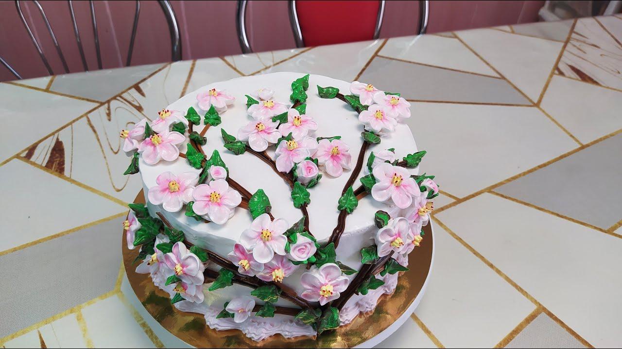 Торт с необычным украшением