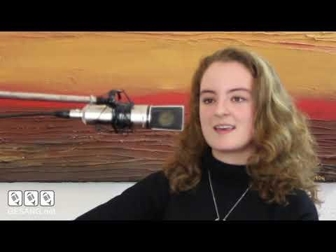 Anika Behrndt singt und spielt eigenen Song nach Interview mit Vocal Coach Hajo B. Belton