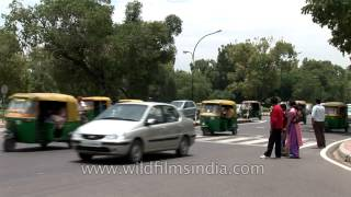 Busy traffic in-front of India gate, Delhi