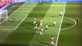 ¿Un árbitro celebrando un gol durante el partido? thumbnail