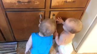 Прикольные детки играют в резиночку (хитовый видео ролик)