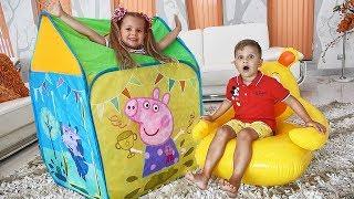 Diana y Roma juegan con la carpa de juguete