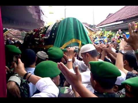 Prosesi Pemakaman KH Ahmad Shohibul Wafa Tajul Arifin (Abah Anom) qs