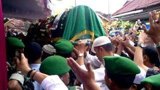 Video Prosesi Pemakaman KH Ahmad Shohibul Wafa Tajul Arifin (Abah Anom) qs download MP3, 3GP, MP4, WEBM, AVI, FLV Juni 2018
