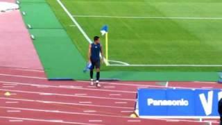 ユニフォームを投げつけた後、ガンバベンチを睨みつけるペドロ・ジュニオール(2014年シーズンはヴィッセル神戸に移籍) 2010J1リーグ ガンバ大阪vsアルビレックス新潟 thumbnail