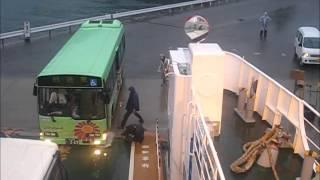 フェリーに乗船しようと格闘するバス