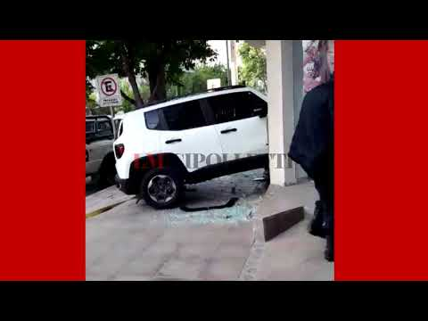 Borracho se metió dentro de un local con su camioneta