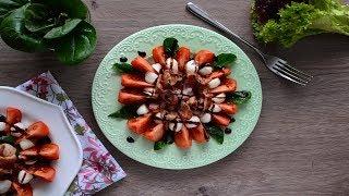 Салат с помидорами, жареным беконом и моцареллой