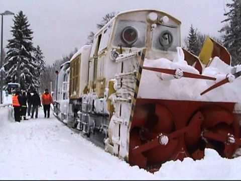 Schneeberäumung durch eine Schneeschleuder auf der Strecke Klingenthal -Falkenstein