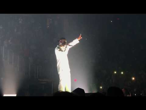 Kendrick Lamar has entire arena rap Humble...