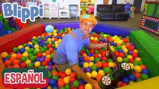 Blippi visita un patio de juegos   Videos de vehículos para niños   aprende con blippi