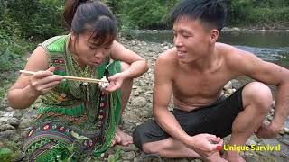 Primitive Daily Life Girl Meet Fish Attack - Primitive Technology Cooking Fish - Eating Delicious