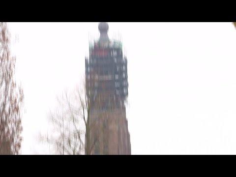 Kerktoren Hilvarenbeek na restauratie nog schever
