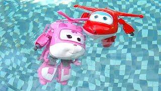 Harika Kanatlar çizgi film oyuncakları havuzda yüzüyor. Bir uçak havuzda nasıl yüzer? Jett ve Dizzy