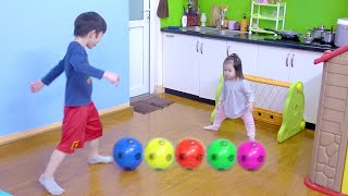 Xavi and Anna Learn Colors With Soccer Balls and School Bus Slide - रंग जानें - Học Màu