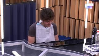MIKI toca al piano