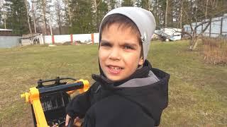 Малыш весело катается на тракторе и притворяется что играет с динозавром