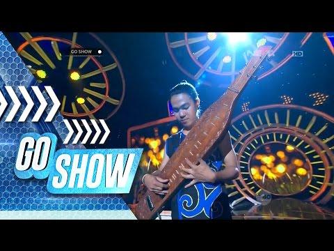 So Sweet! Ardo Playing Isyana Sarasvati Song With His Sape' - Go Show