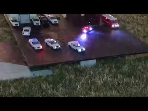 2017 Whitehouse Christmas Tree Trains, why does one cop car flash red?