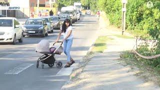 Небезпечний пішохідний перехід. Жінка з немовлям в колясці зірвалася у річку: що розповіли очевидці