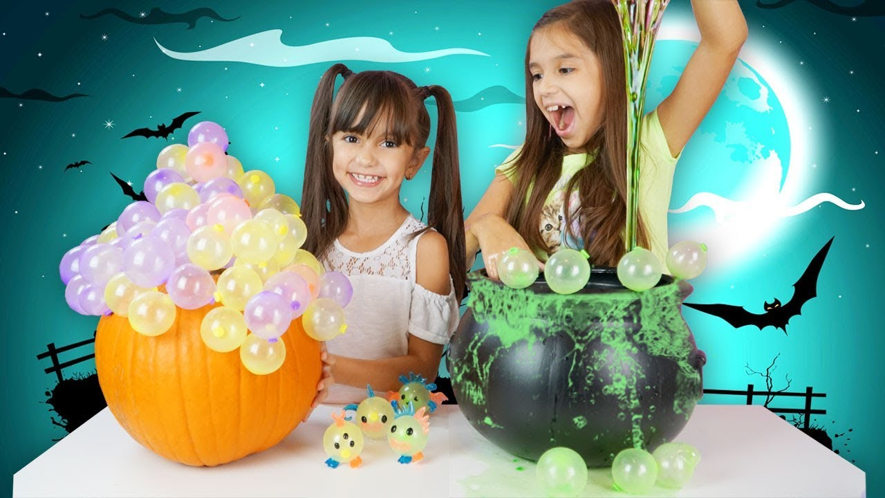 TRICK OR TREAT DIY HALLOWEEN DECORATIONS with Oonies - Making Slime and Balloons! Hallow-Oonies