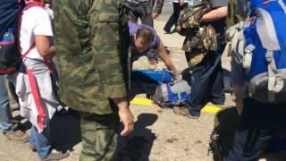 Навальный встает после нокаута Драка Навального с казаками в Анапе 17 05 2016