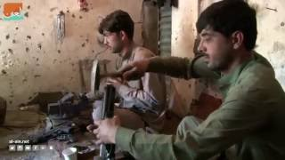 """بالفيديو: صناعة """"الرشاشات"""" في باكستان.. سوق المقاتلين والمجرمين"""