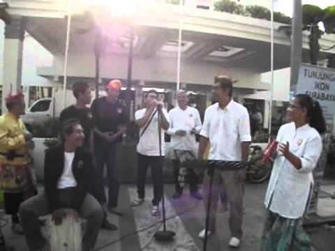 "Parikan Edan Suroboyo bernyanyi ""BENTO"" On The Street 2014"